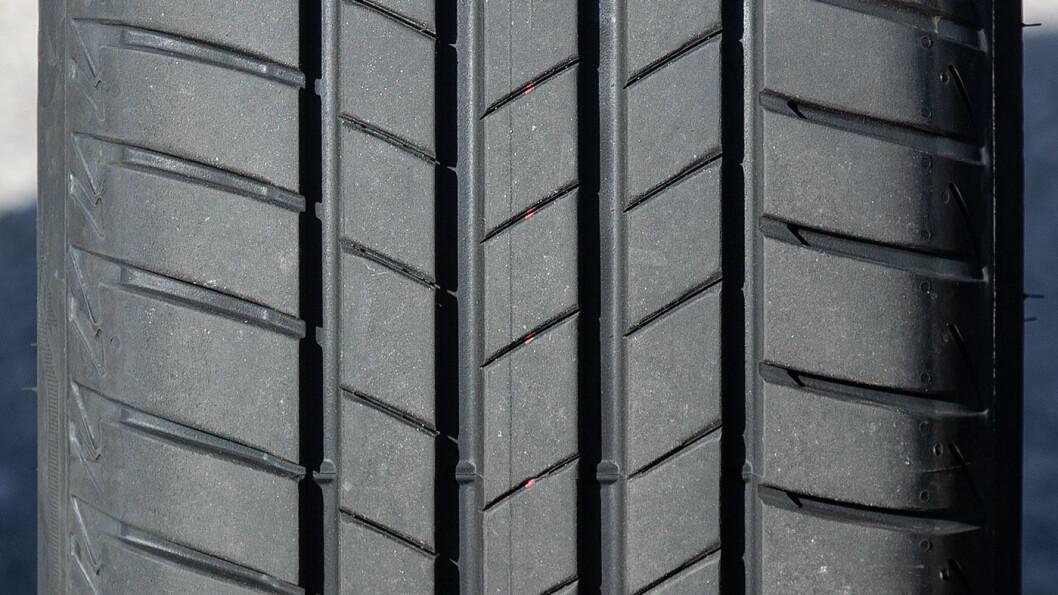 KJØREGLEDE: Bridgestone Turanza T005 er gjerrig på forbruket, men svikter i andre disipliner.