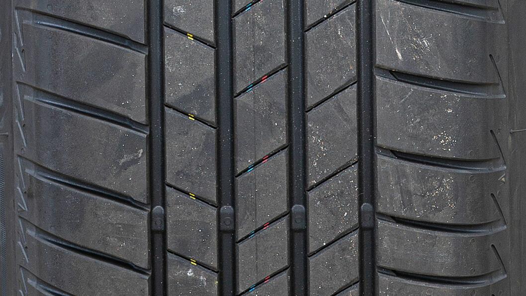 LIKER DET TØRT: Bridgestone-dekket er best på tørt føre.