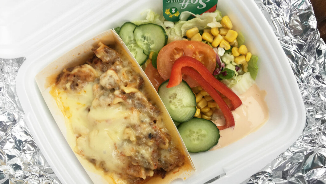HJEMMELAGET: Lasagnen er laget på huset og serveres med litt salat ved siden av.