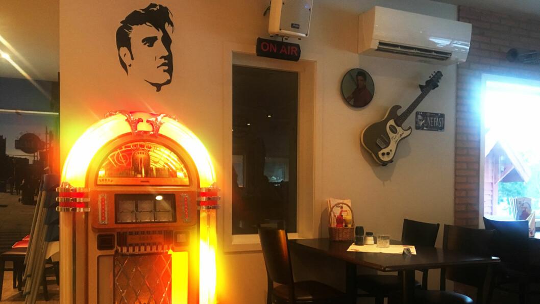 AMERIKANSKE VIBBER: Jukeboks, elgitarer, Elvis-effekter og diner-miljø på Er-An Veikro ved E39 sør for Bergen.