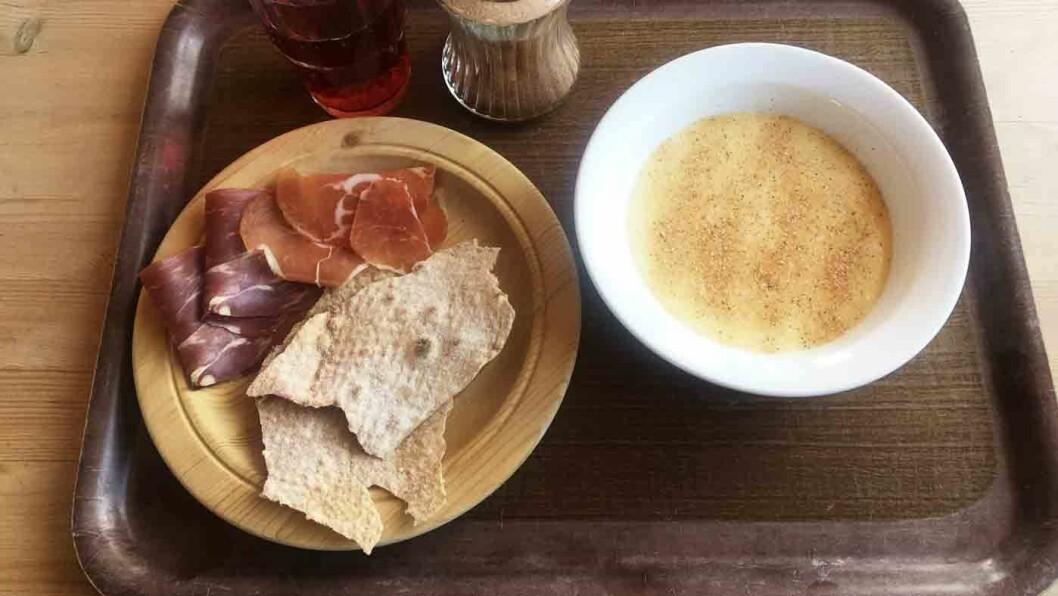 SJELDEN KOST: Det er ikke ofte du får hjemmelaget rømmegrøt på veikro - til og med med hjemmebakt flatbrød til.