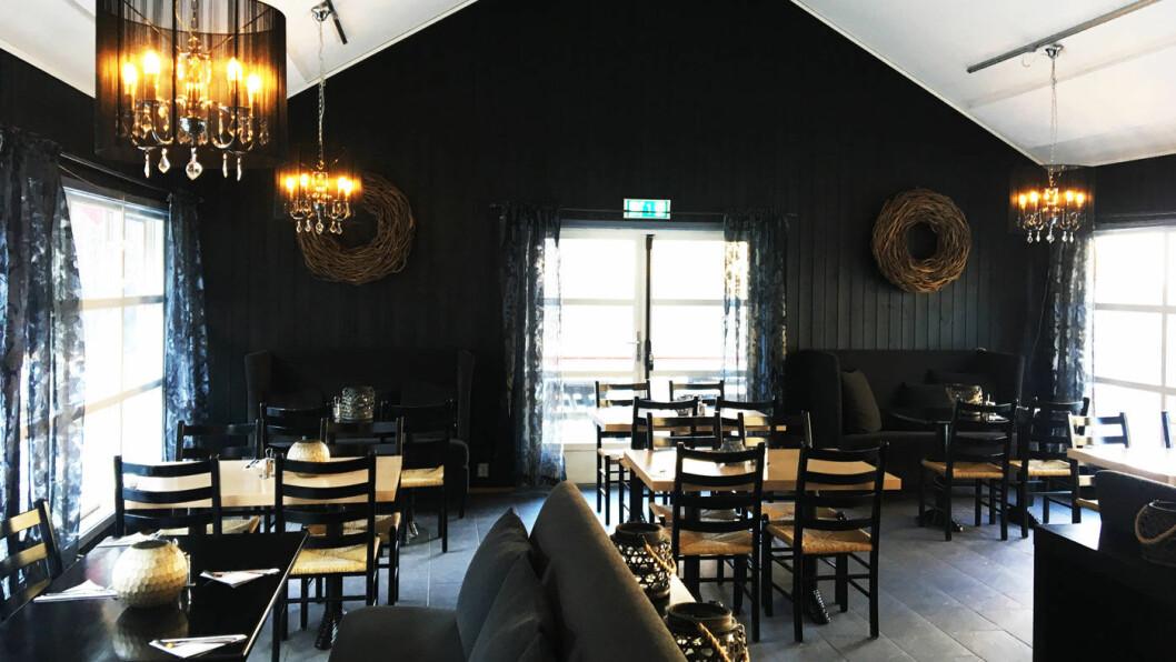 SJELDENT HYGGELIG: Pent bygg med gode sofaer og pent dekkede bord. Det er sjelden vi kommer til en så hyggelig veikro.