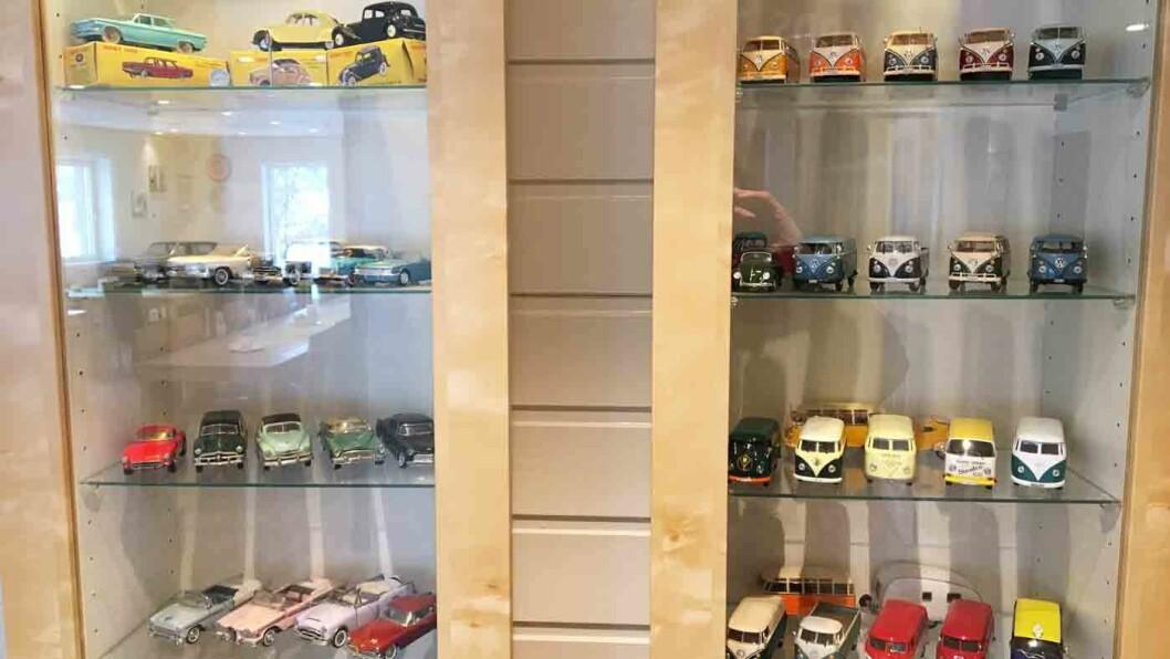 BILENTUSIASTER: Utenfor Mjøsvang Kafé i Oppland, står en fin og nostalgisk bensinstasjon til utstilling, og inne er det flere samlinger av lekebiler.