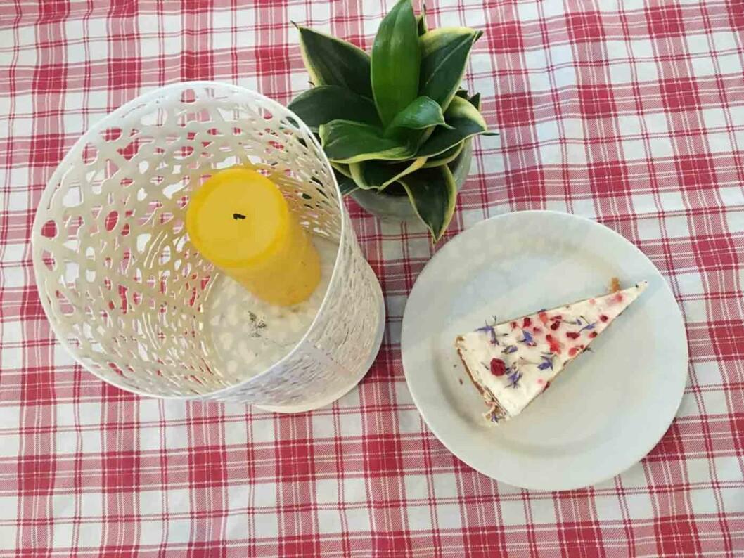 BLØTKAKE: Kaken med tørkede blomster har nok stått for lenge, for kremen er alt annet enn frisk og god.
