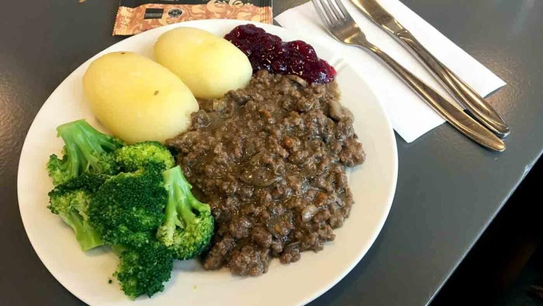 ELG PÅ MENYEN: På kroa på Namsskogan Hotell får du elg i flere varianter, blant annet elghakk med sopp og gulrøtter.
