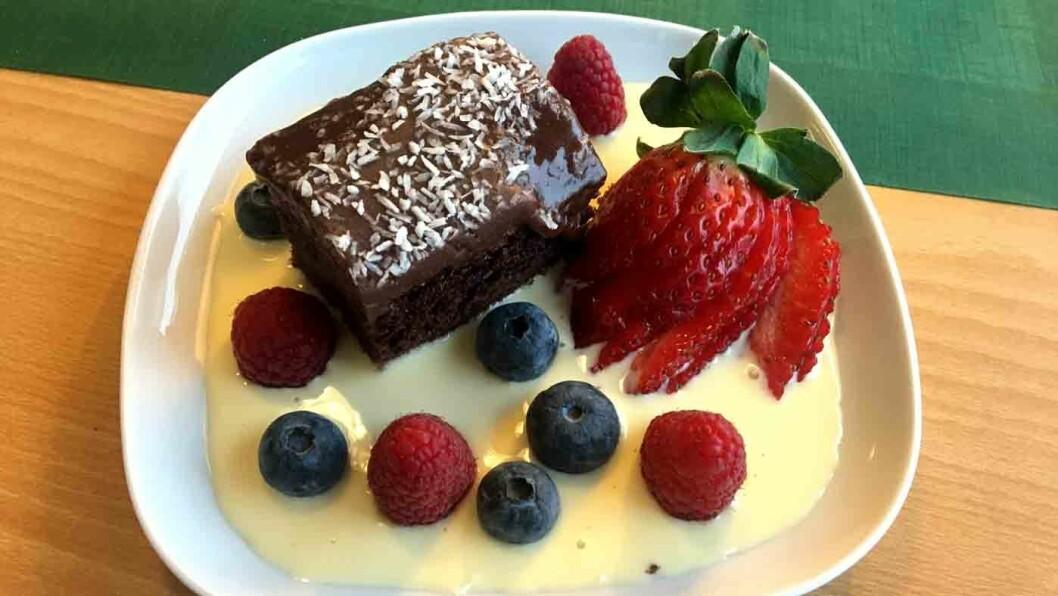 SER LEKKERT UT: Sjokoladekake med friske bær og vaniljesaus er ikke så god som den ser ut.