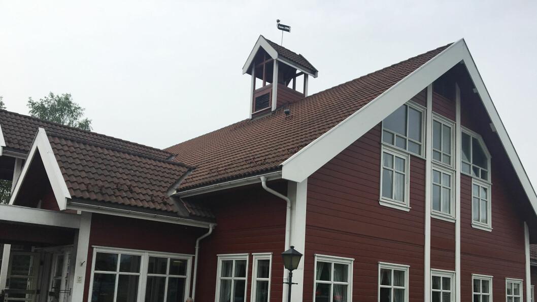 RINGERIKE GJESTEGAARD: Pent bygg ved bensinstasjon og et lite handlesenter utenfor Hønefoss.
