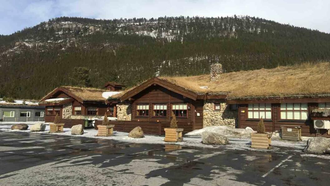 MYE Å STOPPE FOR: Saltdal Turistsenter ligger praktisk plassert og har både bensinstasjon, ladestasjoner og en liten butikk i forbindelse med kafeen.