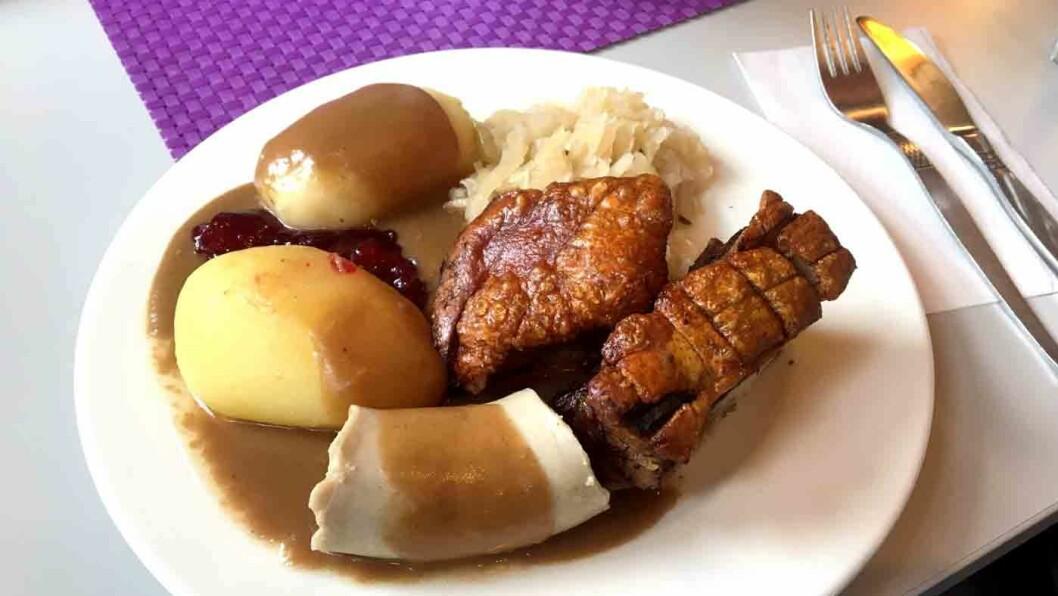 RAUS PORSJON: Du skal ikke gå sulten fra bordet - ribbetallerken består av en stor porsjon med ribbe, medisterpølse og surkål.