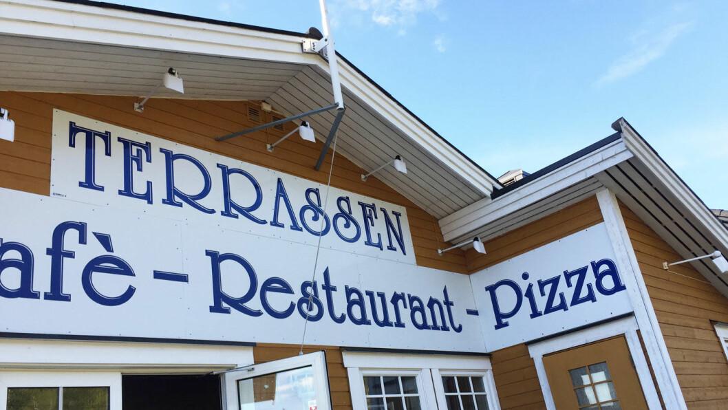 ALT I ETT: Terrassen Cafè er det formelle navnet, men dette er også en restaurant og en pizzeria. Kunne vært en kebabsjappe i tillegg.