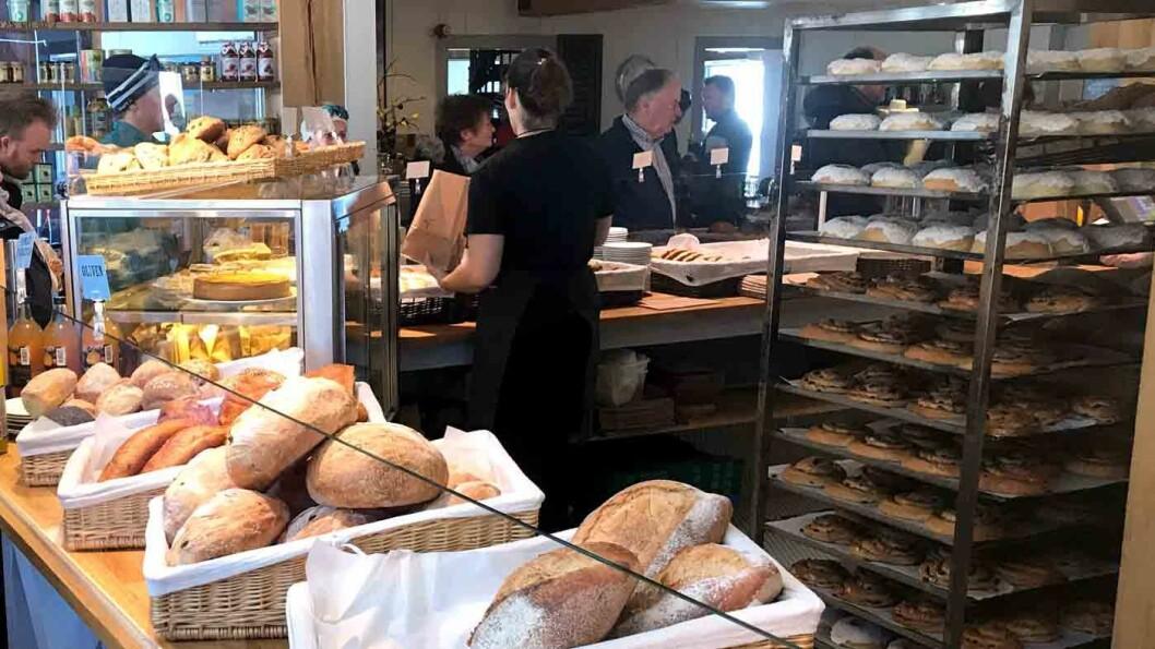 IKKE AKKURAT EN VEIKRO: Men likevel verdt en stopp. Mange kjører en omvei for å kjøpe med seg brød og boller fra Bakeriet i Lom.