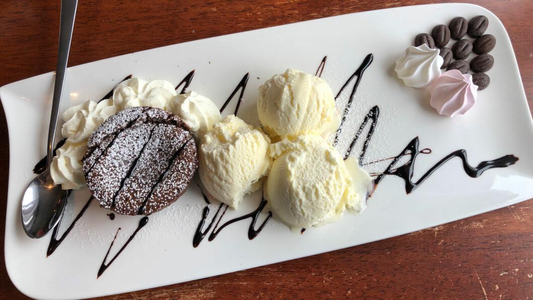 GRETE ROEDE NESTE: En overdådig dessert, inkludert sjokoladefondant.