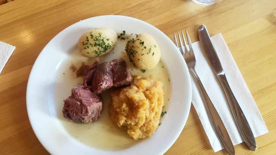 TRADISJONSMAT: Her får du oksesmåsteik og saltkjøtt med kålrabistappe og poteter, mat som mange kommer spesielt for å spise.