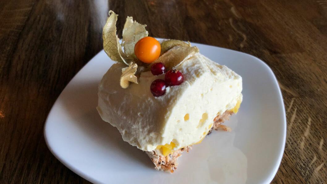 LEKKERT: Mandelbunn med frukt- og eggekrem.