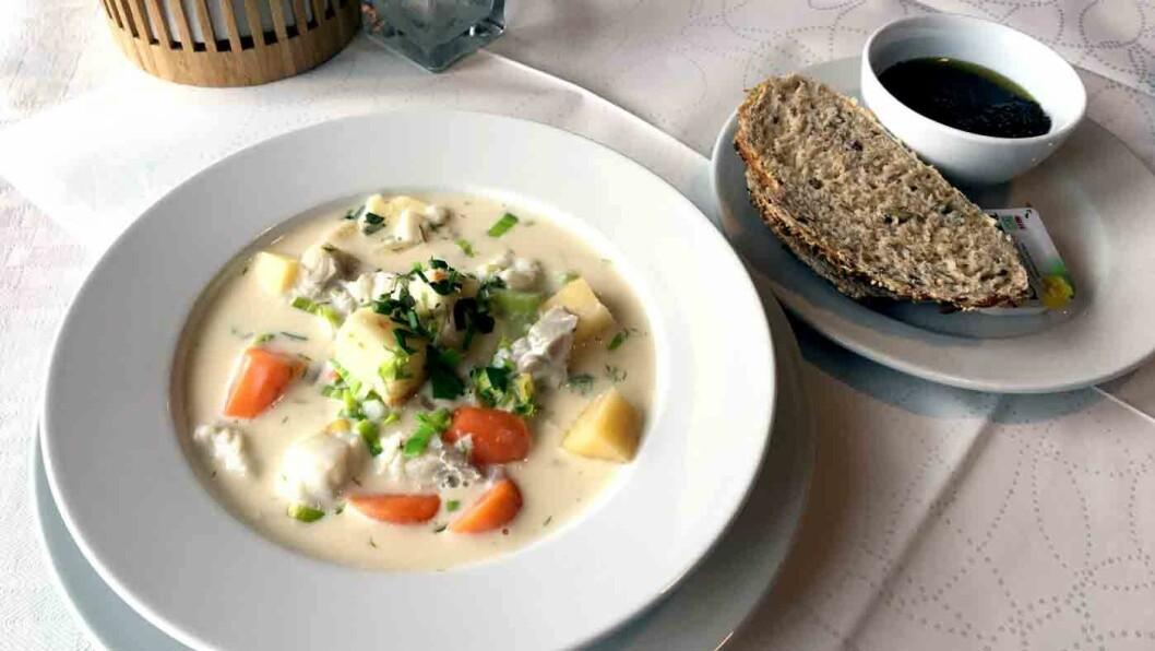 FISKELYKKE: En kremet fiskesuppe med fisk og gode grønnsaker, hjemmebakt brød og en oliventapenade til.