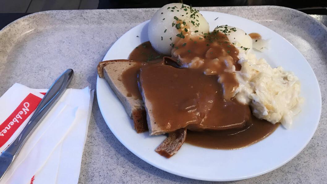 HAR IKKE FÅTT VERRE POTETER: Dette er de verste potetene vi kan huske å ha spist, og kålstuingen smaker mel.