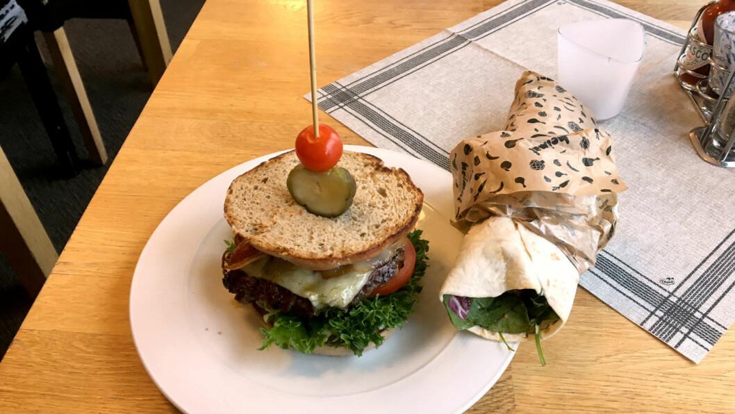 BURGERE PÅ MENYEN: Signaturburgeren er med chili con carne. Litt mye av det gode syntes vi og gikk for klassikeren i stedet.