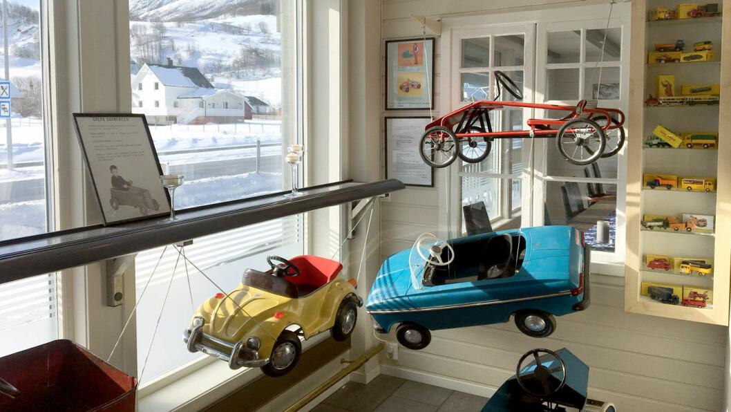NOSTALGISKE BILER: Det er mange artige lekebiler å se på inne og en gammeldags bensinstasjon ute. Vi skulle bare ønske at maten var like bra.