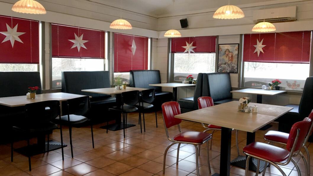 LITT 50-TALLS DINER: Kroa er pusset opp, og interiøret ligner en amerikansk diner med gode stoler og flere sofagrupper.