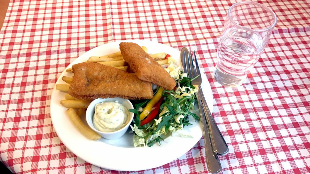 DYREST PÅ MENYEN: Fish and chips er eneste fiskerett og koster 169 kroner inkludert kaffe og dessert. Den prisen er det vanskelig å slå.