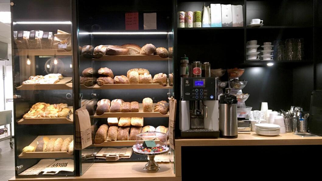 VELKOMSTEN: Innenfor døren er hyllen med nybakte brød, ferske boller og kaffe det første du møter.
