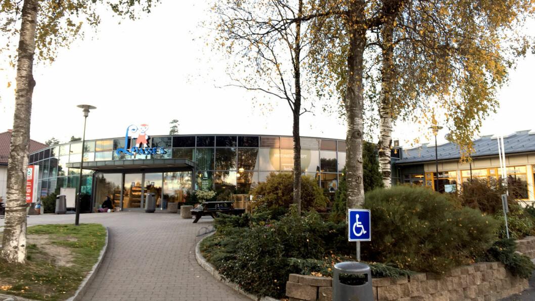 SERVERING UTE OG INNE: Veikroa ligger i samme bygg som et lite kjøpesenter.