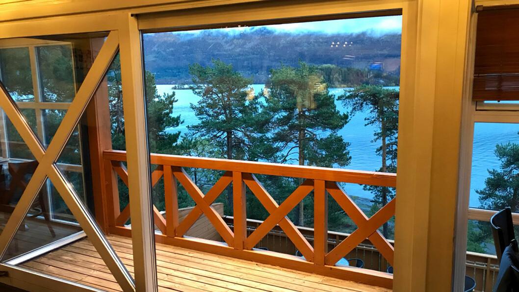 BELIGGENHETEN ER BRA: Men flott utsikt over Steinsfjorden veier dessverre ikke opp for mat som ikke smaker.
