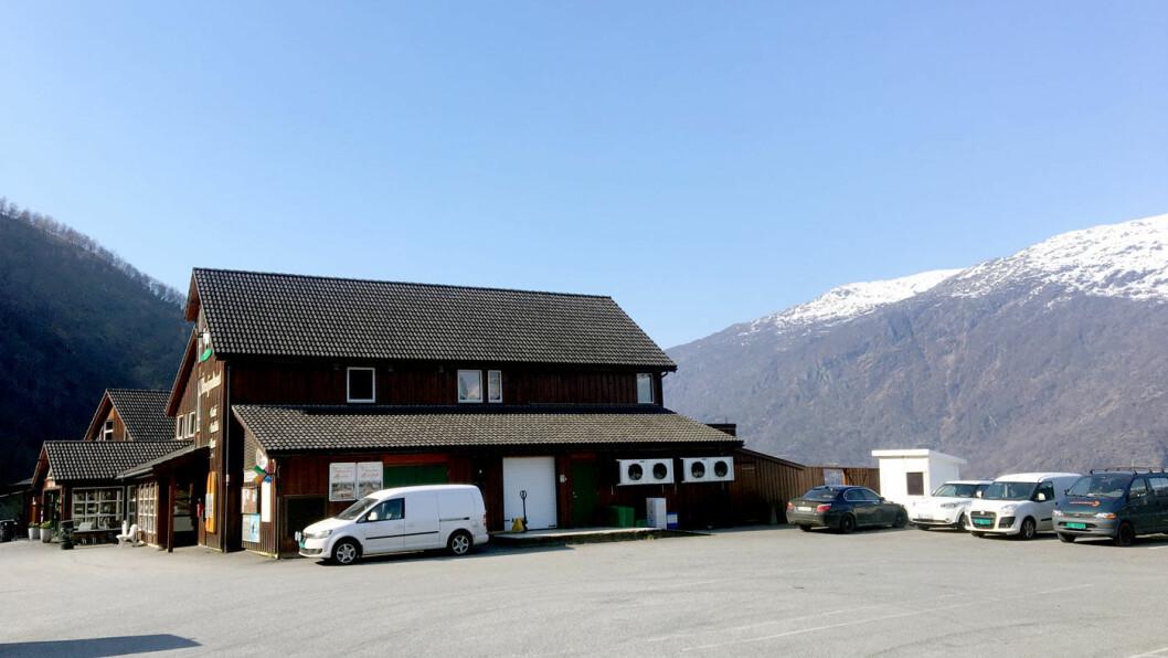 MOT FJORD OG FJELL: Lyst, pent og moderne lokale med utsikt til fjord og fjell gjør dette til noe mer enn en vanlig veikro.