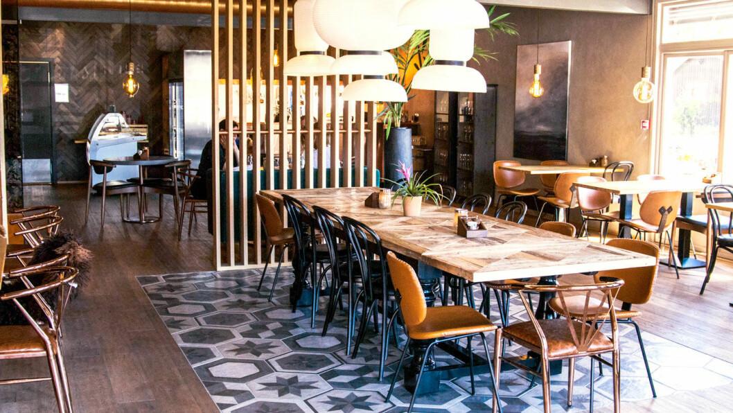HER ER DET HYGGELIG Å SITTE: Gode stoler, saueskinn, langbord og morsomme lamper skaper en hyggelig ramme om denne veikroa. Foto: NAF Lokale opplevelser