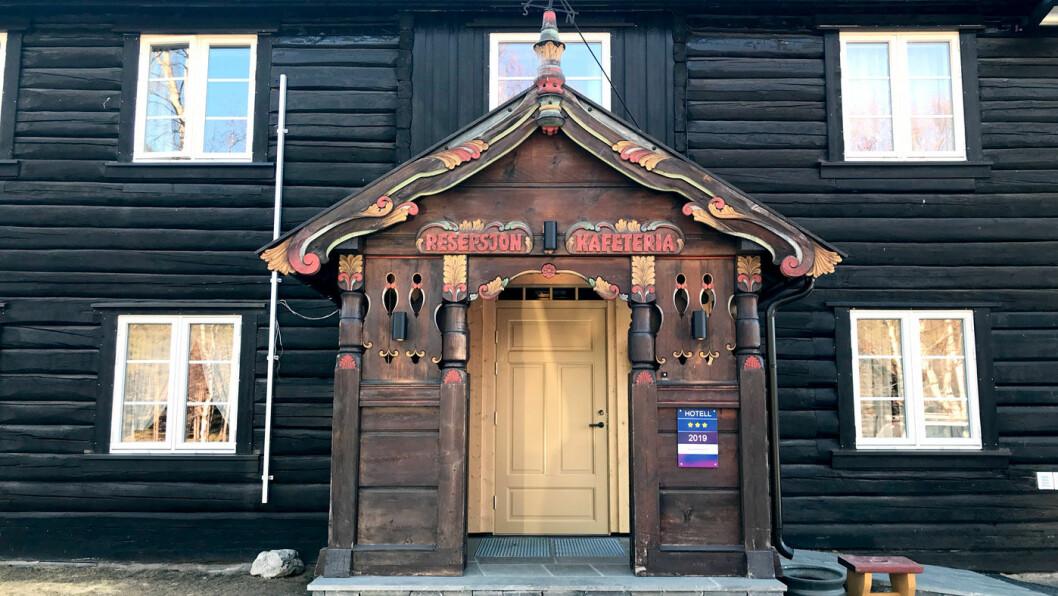 VELKOMMEN INN: Veikroa ligger i en gammel tømmerbygning på et hyggelig tun.