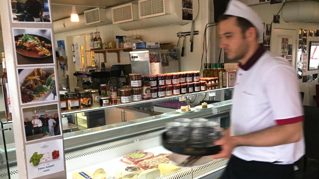 FULL FART: Det går unna på kjøkkenet på Trattoria Capri i Varangerbotn.