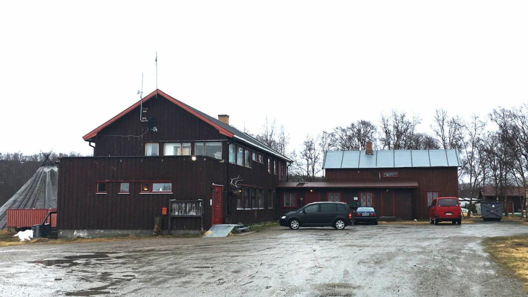 IDYLLISK: Dessverre var været dårlig da vi var innom, men fjellstua ligger idyllisk på veien mellom Neiden og Finland.
