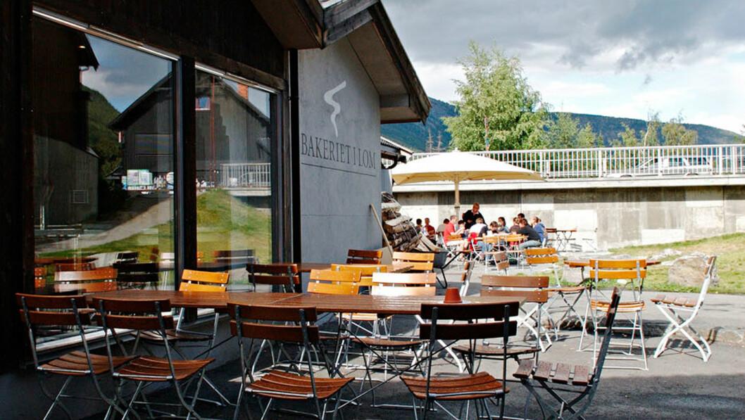 TOPP I LOM: Bakeriet i Lom ligger nydelig til i krysset midt i Lom, der riksvei 15 går over Strynefjell, mens riksvei 55 stryker litt lenger sør over Sognefjellet. Foto: Pål Rødal