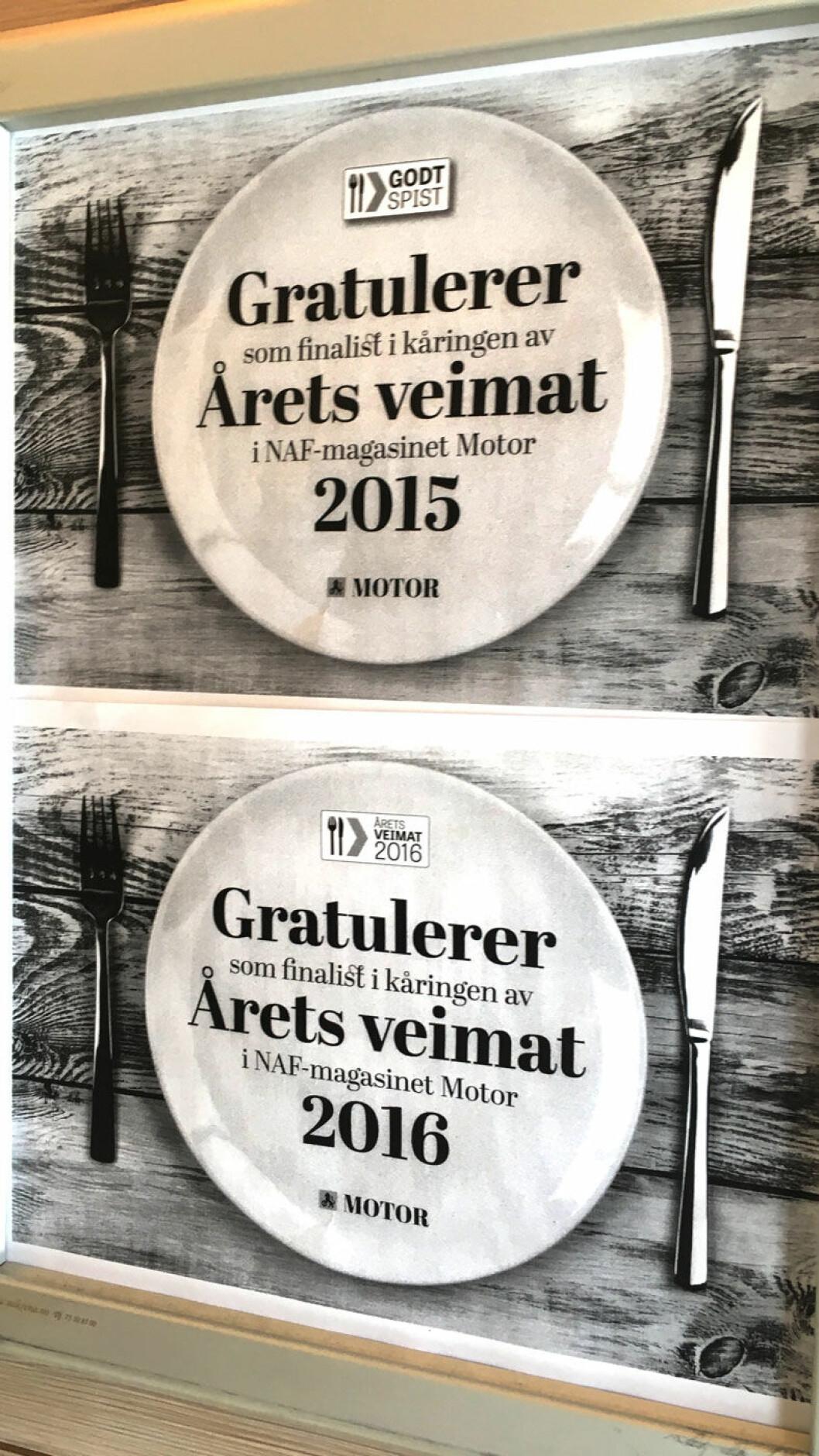 TYDELIG BEVIS: Diplomer fra Motors veimatkåring i inngangspartiet på Skeid kro.
