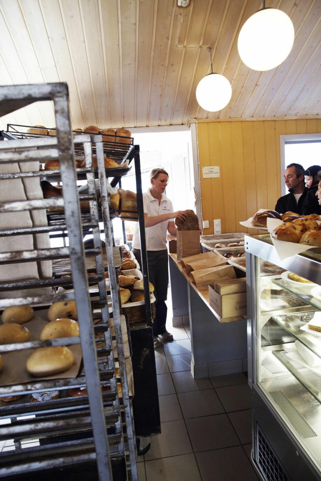 TRIVELIG: Bakeriet i Lom har lyse og trivelige lokaler, med selve bakeriet midt i herligheten. Foto: Pål Rødal