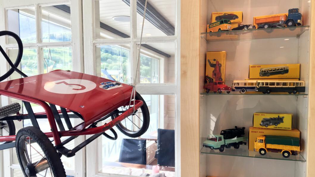 BILER I ALLE STØRRELSER: Eierne samler på gamle lekebiler, og på parkeringsplassen står en gammel bensinstasjon med pumper som et lite museum.