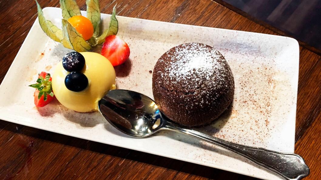 SØT AVSLUTNING: En helt utrolig deilig sjokoladefondant med hjemmelaget vaniljeis.