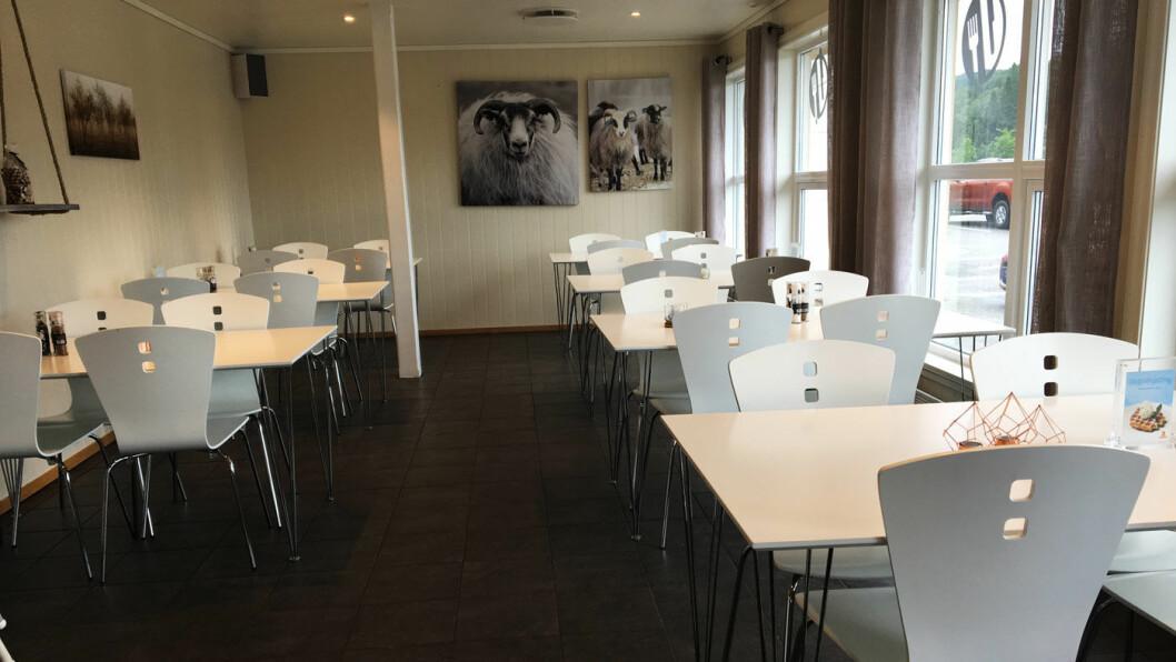 LYST OG FINT: Hyggelig interiør med lyse stoler og lyslykter på alle bord.