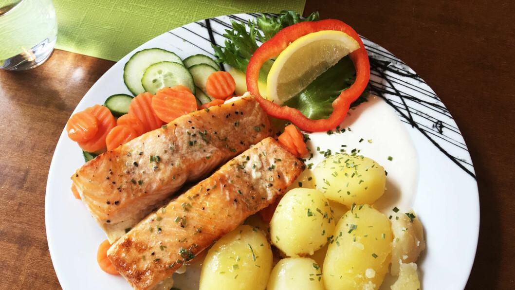 STEKT LAKS: Laks med grønnsaker, poteter og rømmesaus.