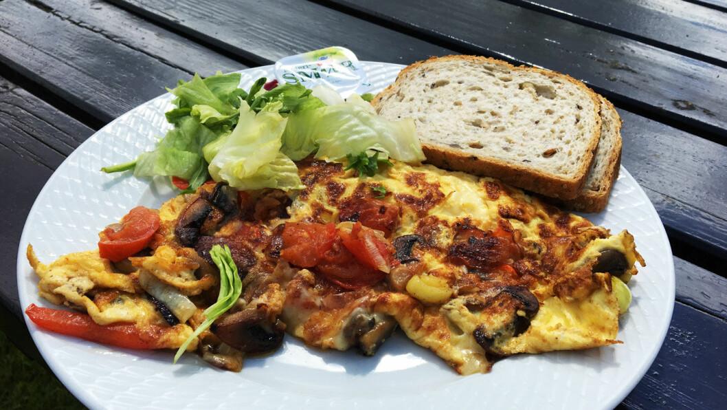 VEGETAR: Sjøormen kro har fire vegetarretter på menyen, og omeletten er laget med egg fra lokale høner.