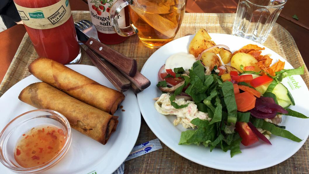 FARGERIK VEIMAT: Sprø vårruller og ferske salatgrønnsaker.