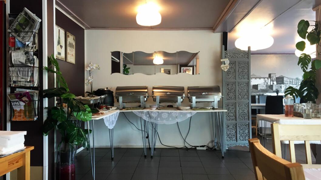 SPIS SÅ MYE DU VIL: Buffeten inneholder kjøttboller, panert fisk, pasta og kylling med salat til.