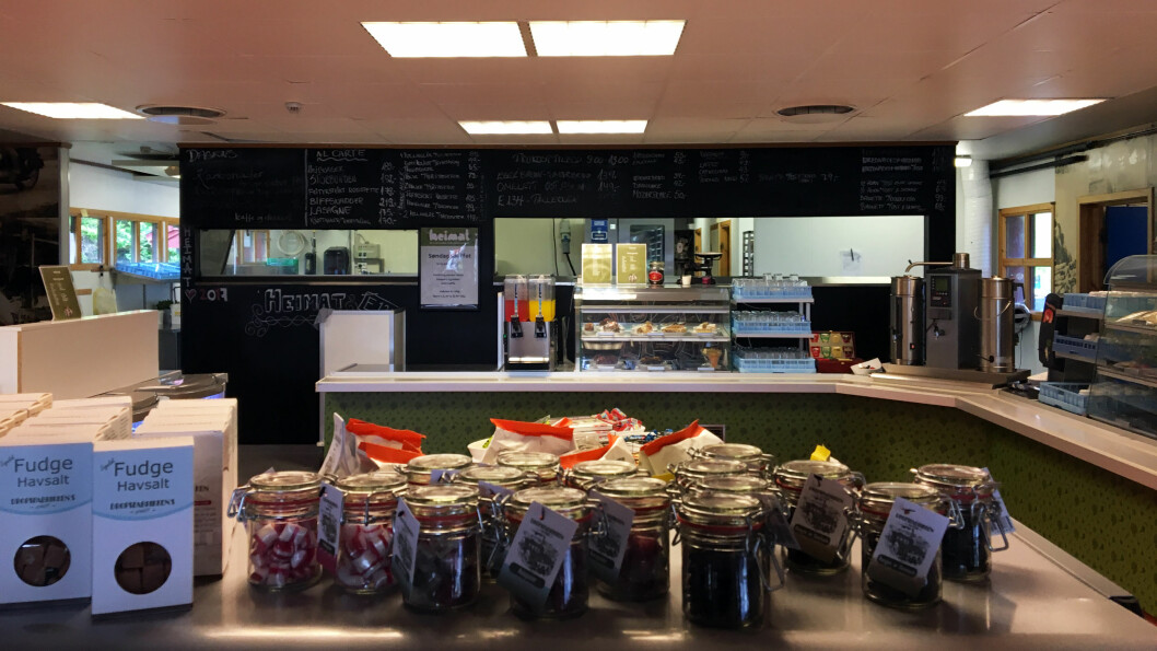 LA DEG FRISTE: På et bord midt i kafeen kan du kjøpe med deg sjokolade, sukkertøy og litt delikatesser.