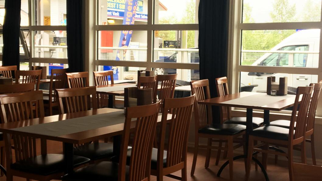 KAFÉ MED MER: Jølstringen kafé ligger vegg i vegg med matbutikk, bensinstasjon og hurtigladere for elbil.