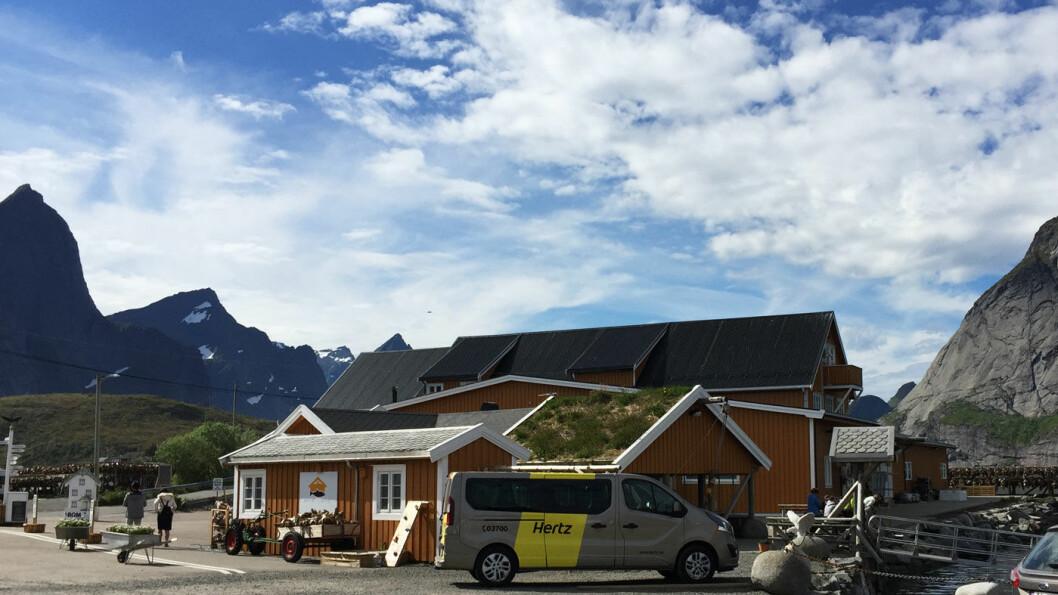 IDYLLISK BELIGGENHET: Anitas sjømat ligger på Sakrisøy i Lofoten med den karakteristiske Lofotveggen i bakgrunnen.