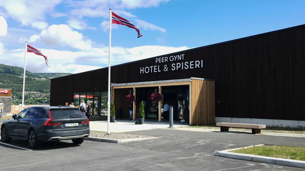 MODERNE LANGS NYE E6: Peer Gynt Hotel & Spiseri ligger i et flott, nytt bygg i glass og betong.