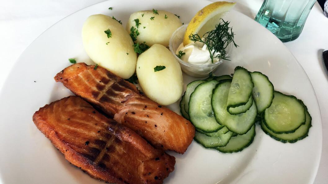 TO FISKERETTER PÅ MENYEN: Stekt laks med rømme og agurksalat.