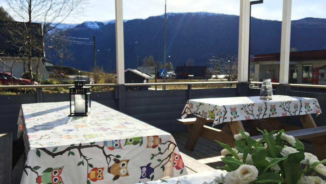 NABOEN: På den overbygde verandaen har du utsikt mot fjellene.