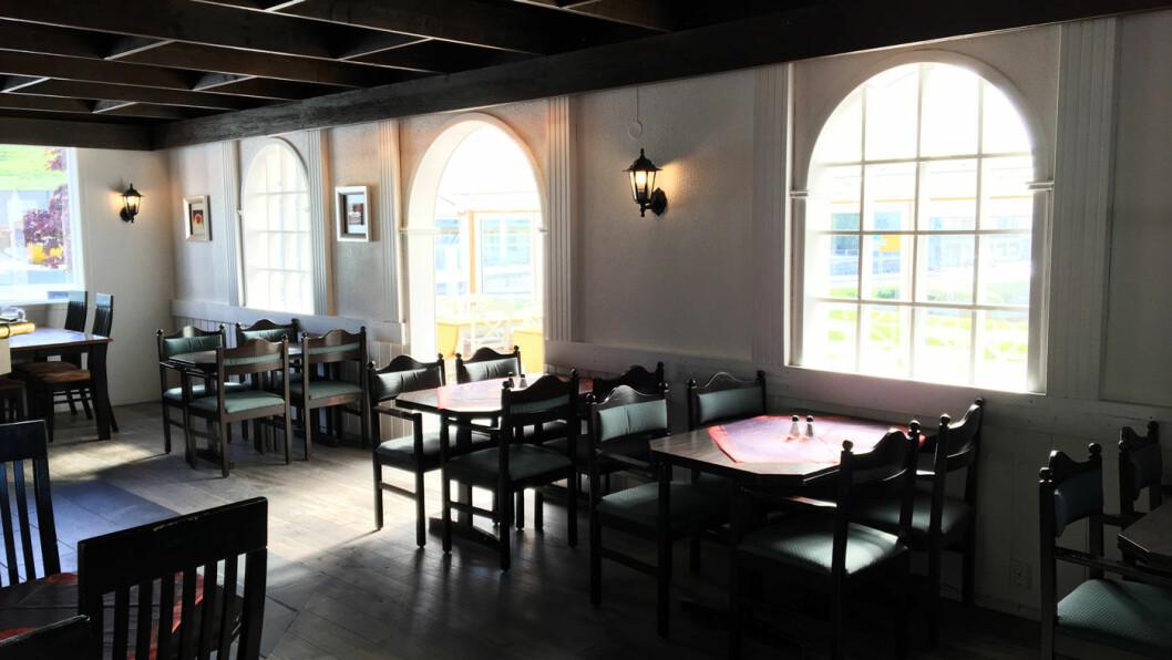 PUB ELLER VEIKRO: Take away, kiosk og veikro, men sitteplassene er i det som ser ut som en pub.