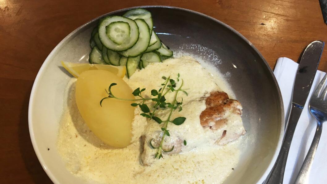 FRA ET FJELLVANN I NÆRHETEN: Fjellørreten er fersk og servert med herlig rømmesaus, og du kan velge stor eller liten porsjon.